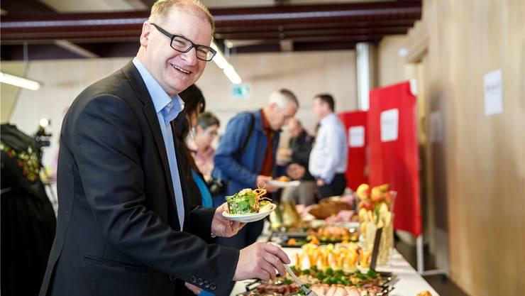 «so-fein»: Auch Kantonsratspräsident Urs Huber liess sich bei der Präsentation der Geschäftsidee im Januar die Landfrauen-Platte schmecken.