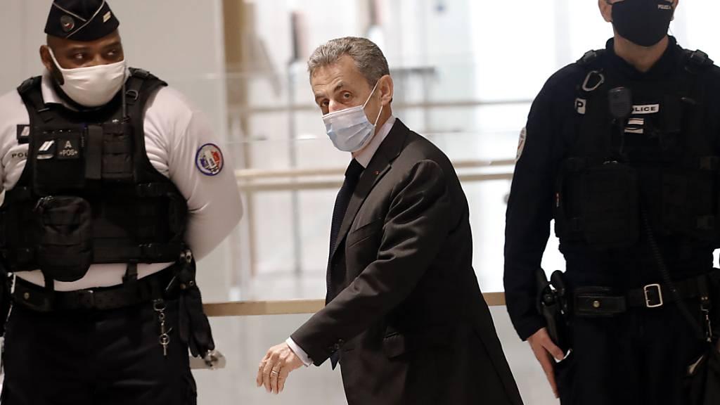 ARCHIV - Nicolas Sarkozy (M), ehemaliger Präsident von Frankreich, trifft zu einer Anhörung in einem Gerichtsgebäude ein. Foto: Christophe Ena/AP/dpa