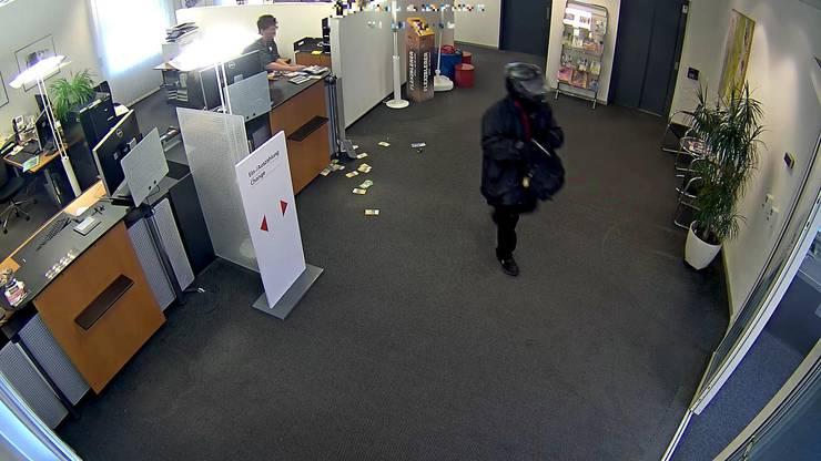 Der Täter erbeutete eine unbestimmte Menge an Bargeld und flüchtete.