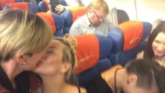 Ksenia und ihre Freundin protestieren mit ihrem Kuss gegen den Anti-Schwulen-Politiker Vitaly Milonov