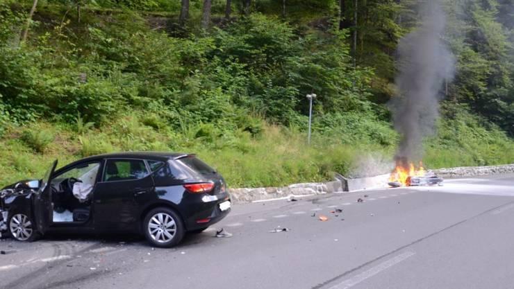 Engelberg, OW, 19. Juli: Ein Personenwagen mit Aargauer Nummernschild stiess frontal mit einem Motorrad zusammen - das Zweirad ging dabei lichterloh in Flammen auf.