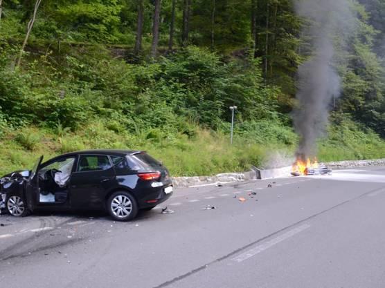 Engelberg OW, 19. Juli: Ein Personenwagen mit Aargauer Nummernschild stiess frontal mit einem Motorrad zusammen - das Zweirad ging dabei lichterloh in Flammen auf.