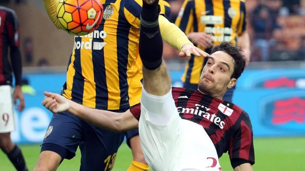 Hoch das Bein: Milans Bonaventura mit einer Abwehraktion gegen Veronas Wszolek