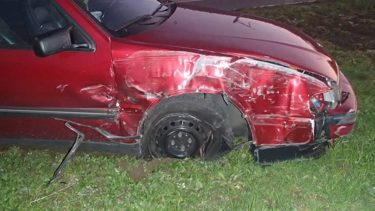 Der rote Saab wurde von dem Subaru abgedrängt und kollidierte dann mit einem Kandelaber.