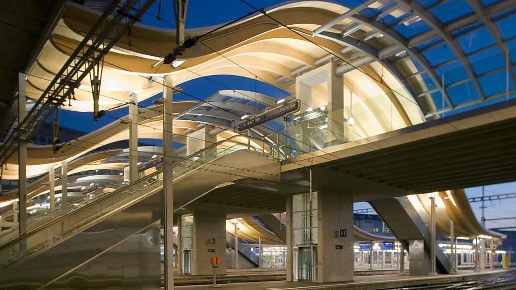 """In der Nacht auf Sonntag hat ein Unbekannter bei der """"Welle"""" im Bahnhof Bern ein Velo auf eine Fahrleitung geworfen. Ein Gleis war deswegen während Stunden blockiert."""