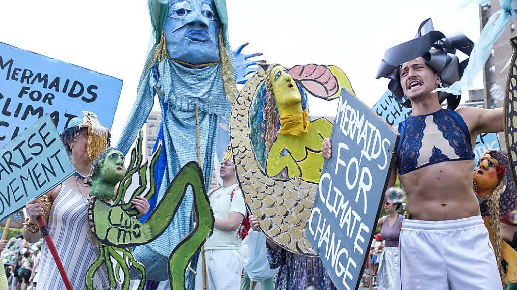 Woody Guthries Kinder führen Meerjungfrauen-Parade an