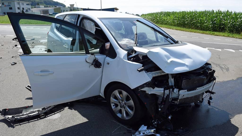 Lieferwagen kracht nach Kollision in Garage – zwei Verletzte
