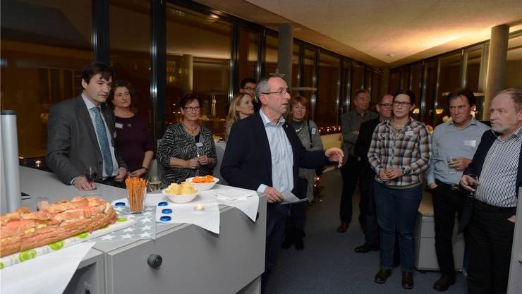 Kurt Boner begrüsst die Gäste – Stadtpräsident, Gemeinderäte und Mitglieder der Verwaltung.