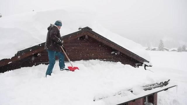 Bündner kämpfen gegen Schneemassen