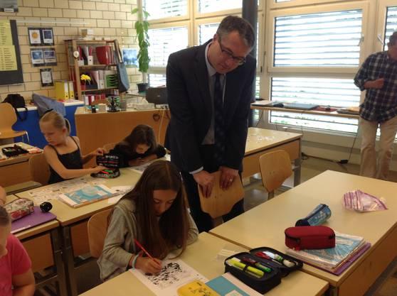Der Bildungsdirektor wirft den Schülern einen Blick über die Schulter.