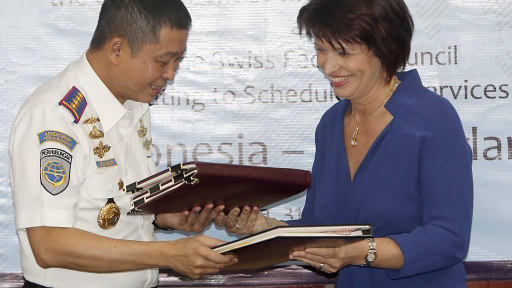 Bundesrätin Doris Leuthard und der indonesische Transportminister Ignasius Jonan haben ein neues Luftverkehrsabkommen unterzeichnet.