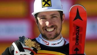 Marcel Hirscher zeigt stolz seine drei Medaillen