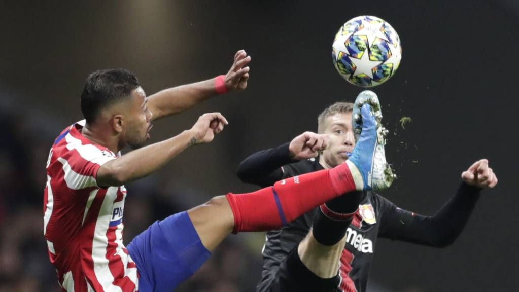 Atlético Madrids Renan Lodi, der den Pass zum Siegtreffer gab, im Duell mit Leverkusens Mitchell Weiser.