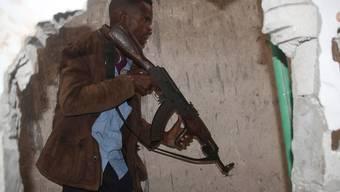 Ein somalischer Soldat nimmt das angegriffene Hotel in Mogadischu ins Visier.