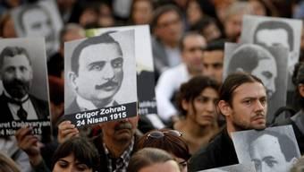 Demonstrierende in Istanbul mit Porträts von Opfern des Massakers