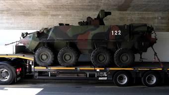 In einem Kreisel bei Knonau im Kanton Zürich sind am Donnerstagmittag zwei Radschützenpanzer Piranha der Schweizer Armee ineinander geprallt. Zwei Armeeangehörige wurden bei dem Zusammenstoss verletzt, wie das Verteidigungsdepartement (VBS) mitteilte.