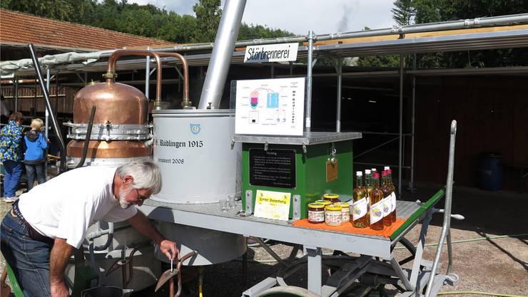 Alfons Schafer wird auf seiner fahrbaren Brennerei Weinbrand gewinnen und zum Degustieren abgeben.