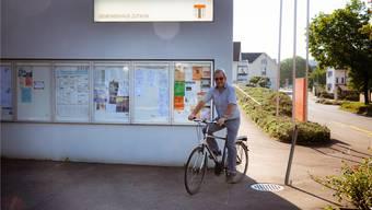 Felix Etterlin wie man ihn kennt: Mit dem Velo unterwegs ins Gemeindehaus, wo im Moment die Amtsübergabe läuft.