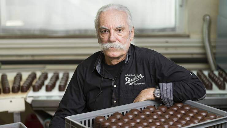 Robert Dubler mit seinen Mohrenköpfen in seinem Betrieb in Waltenschwil.