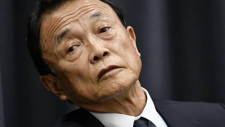 Japans Finanzminister Taro Aso räumt Manipulationen an offiziellen Dokumenten ein.