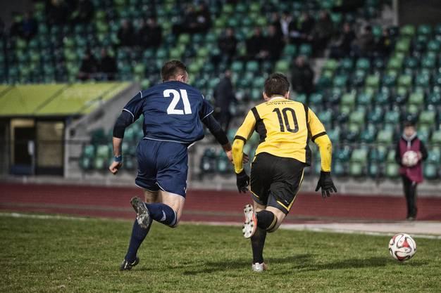 Nyonnais Alban Ramadani (21) gegen Old Boy Seyfettin Kalayci (10).