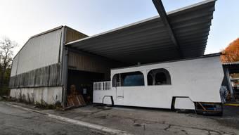 In der alten Gewerbehalle in Zwingen stellen mehrere Cliquen ihre Wagen unter. Sie müssen sich eine neue Bleibe suchen.