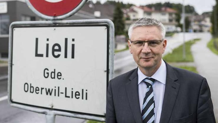 Andreas Glarner vor der Ortstafel seiner Gemeinde Oberwil-Lieli