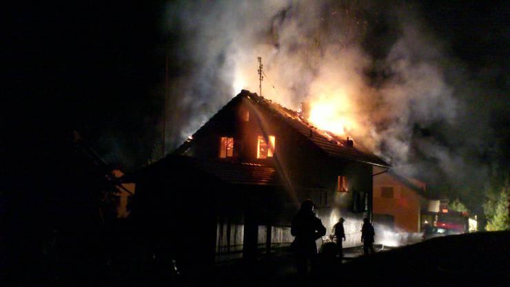 Als die Einsatzkräfte beim Einfamilienhaus eintragen, stand der Dachstock des freistehenden Gebäudes in Vollbrand. (Symbolbild)