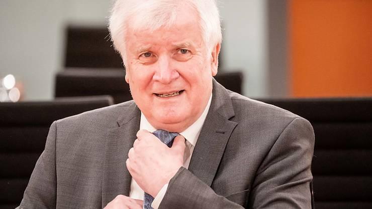 Horst Seehofer (CSU), Bundesminister des Innern, für Bau und Heimat, wartet auf den Beginn der Sitzung des Bundeskabinetts im Kanzleramt. Foto: Michael Kappeler/dpa-pool/dpa