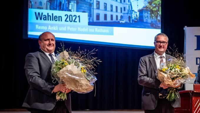 Die Regierungsratskandidaten Peter Hodel und Remo Ankli mit Blumen.