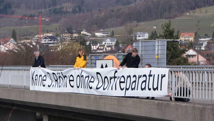 Mehr als nur Lärmschutz: Mit einem Transparent über der Autobahn zeigte der Weininger Gemeinderat 2010, was der «Deckel» für ihn bedeutet.  jk