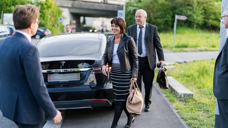 Bundespräsidentin Doris Leuthard (hinter ihr Mitarbeiter Peter Frey) kam mit ihrem mit Strom betriebenen Tesla nach Aarau. Im Bild wird sie von Matthias Bölke begrüsst, dem Präsidenten von SwissCleantech.