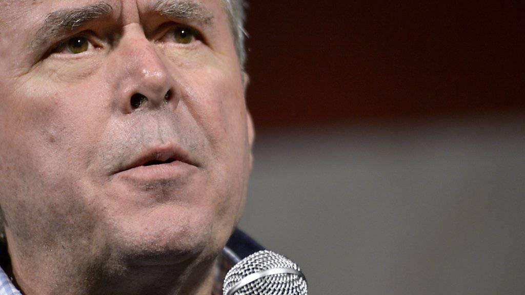 Präsidentschaftsbewerber Jeb Bush bringt eine Pistole in den Wahlkampf ein.