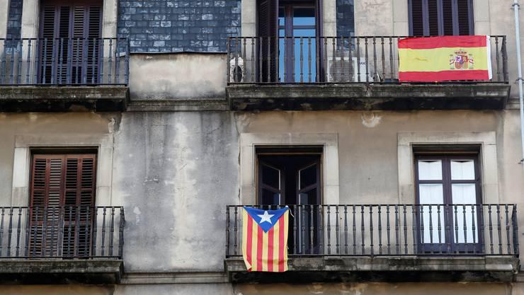Eine spanische und eine katalanische Flagge am Balkon: So präsentieren sich seit Monaten die Fassaden in den Städten Kataloniens.