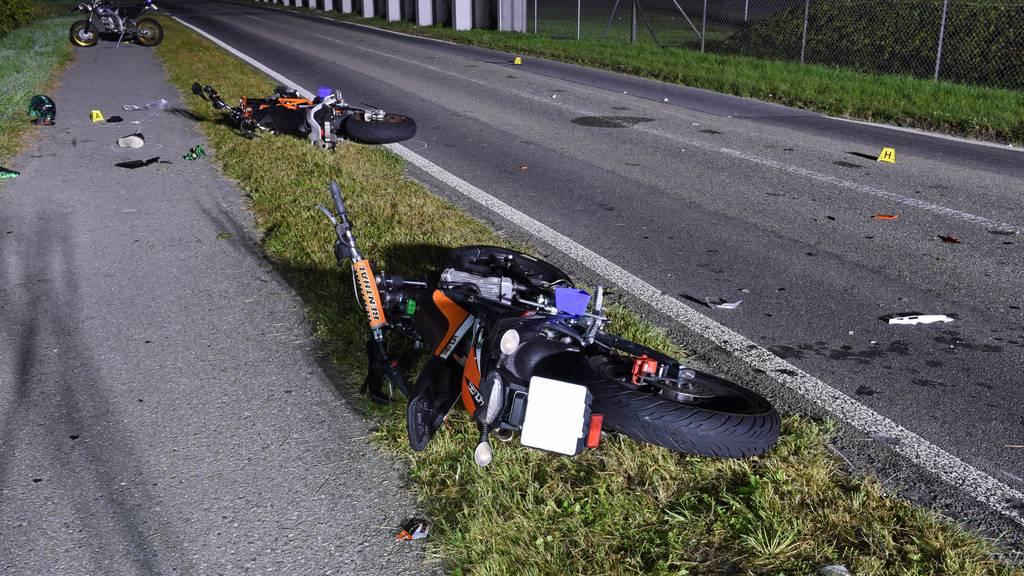 Vier Töfffahrer nach Frontalkollision teils schwer verletzt