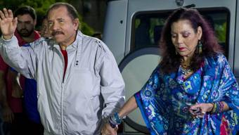 Ohne vorherige Ausschaltung der Opposition kein Wahlsieg - das behaupten jedenfalls Weggefährten des einstigen Guerillero Daniel Ortega, der als Präsident von Nicaragua wiedergewählt wurde. Rechts seine esoterisch angehauchte Ehefrau Rosario Murillo.