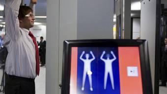 Ganzkörper-Scanner zeigen die Körperkonturen von Fluggästen (Archiv)