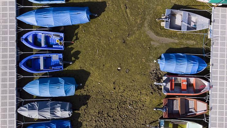 Gestrandete Boote im ausgetrockneten Lac des Brenets im Neuenburger Jura. Der Oktober 2018 war trotz des grossen Regens am Ende extrem warm und trocken. In der Romandie fielen nur 20 bis 30 Prozent des üblichen Oktoberniederschlags.