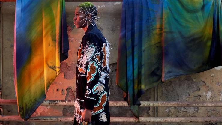 Mit seiner Mode setzt der junge Designer Rafael Kouto ein Zeichen gegen den gegenwärtigen Konsum- und Produktionswahn.