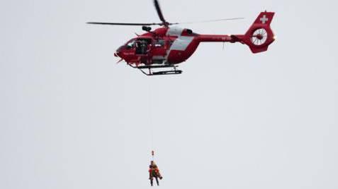 Für die Rettung des Verunfallten aus dem schwer zugänglichen Gelände wurde zur Unterstützung die Rega angefordert.