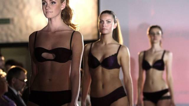 Models präsentieren Unterwäsche auf einer Schau in Weissrussland