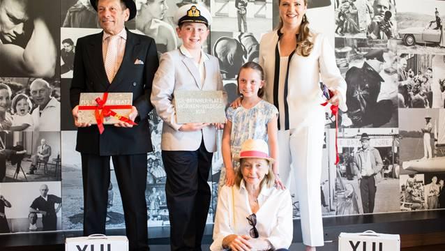 Familie von Yul Brynner zu Besuch in Möriken-Wildegg: Sohn Rock Brynner (links), Yuls zweite Frau Doris Brynner (sitzend) sowie ihre Tochter Victoria Brynner und deren Kinder Eugene und Isabella.