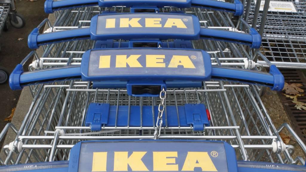Ikea-Einkaufswagen vor einem Ikea-Möbelhaus in Paris: Der Konzern muss vor Gericht (Archivbild).