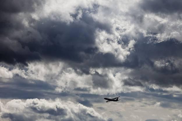 Flugzeug startet vom Zürcher Flughafen in die Wolken