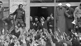 Der damals 76-jährige Khomeini wird am 1. Februar 1979 bei seiner Rückkehr in Teheran bejubelt. (Archivbild)