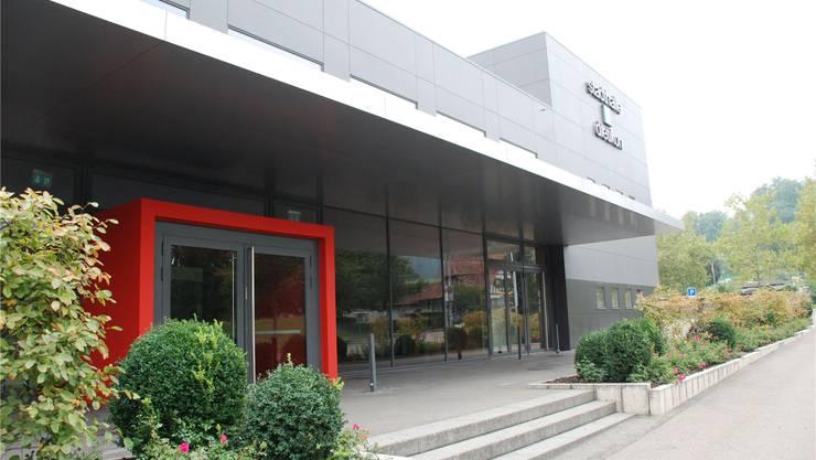 Zuerst war sie blau, jetzt ist sie grau – die Stadthalle Dietikon. 1970 eröffnet, in der Nacht auf den 7.April 2001 niedergebrannt und 2003 aus der Asche auferstanden. Fotos: LiZ-Archiv