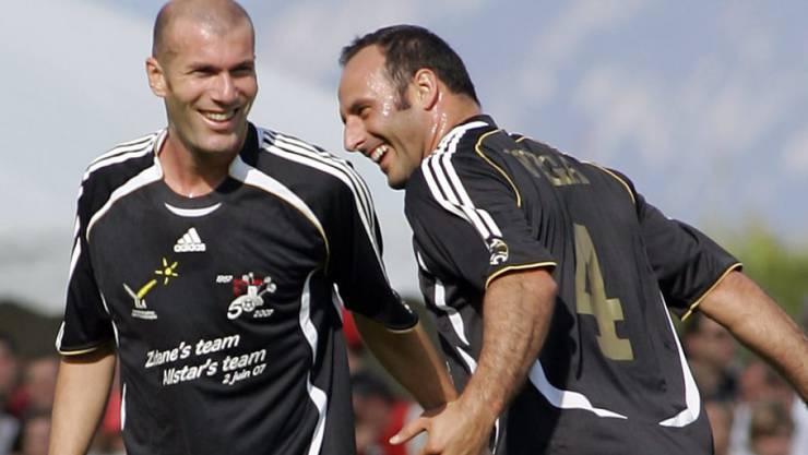 Ramon Vega (rechts), hier vor Jahren an einem Benefizspiel neben Zinedine Zidane, will nach seiner Aktivkarriere auch als Funktionär für Furore sorgen