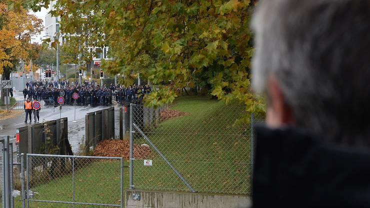Meinrad «Radi» Schönbächler beobachtet aus der Distanz den Einmarsch der Zürcher Fans im Berner Stadion de Suisse.