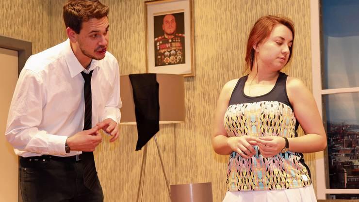 Leo Lustenberger (Thierry Engel) schuldet seiner Frau Lilly (Giulia Roth) eine Erklärung.