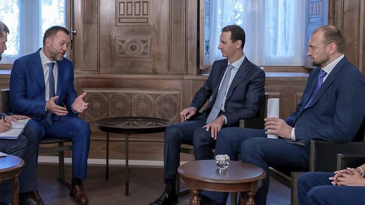 Der syrische Machthaber Baschar al-Assad (zweiter von rechts) bei einem Treffen mit einer russischen Delegation. Seine Truppen waren am Mittwoch in der Provinz Idlib in die Stadt Chan Schaichun eingerückt.  (Bild vom 20. August)